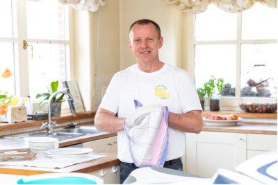 sfeerbeeld van een huishoudhulp die aan het werk is in de keuken