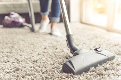 sfeerbeeld van een huishoudhulp die aan het poetsen is
